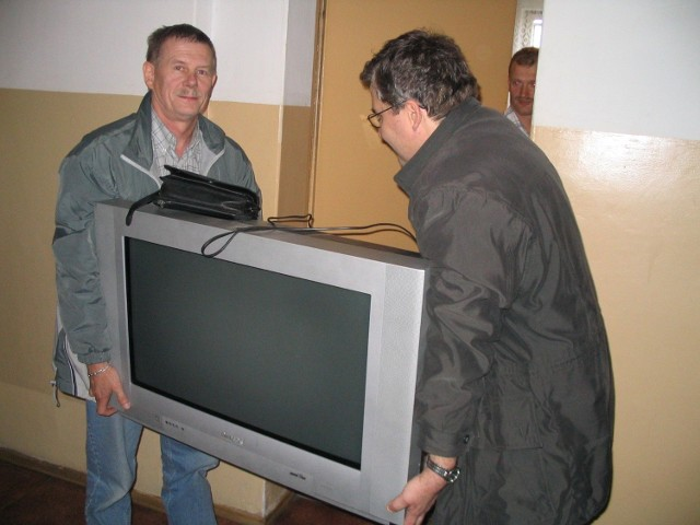 Ryszard Dzikowski ze Szczecina (na zdjęciu z lewej) po 2,5 roku odzyskał skradziony telewizor. - Jestem bardzo zaskoczony, nie spodziewałem się tego - mówi. - Ten telewizor to tylko jedna ze skradzionych mi rzeczy, w sumie straciłem sprzęt na 30 tys. zł.