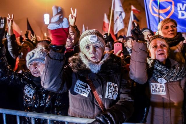 Grudniowa manifestacja KOD-u na placu Adama Mickiewicza