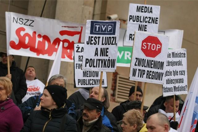 """Pikieta """"Solidarności"""" w obronie lokalnych mediów pod urzędem wojewódzkim - marzec 2014 roku"""