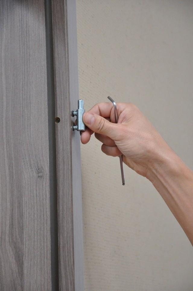 Montaż zawiasów drzwiowychMontaż zawiasów drzwiowych w ościeżnicy