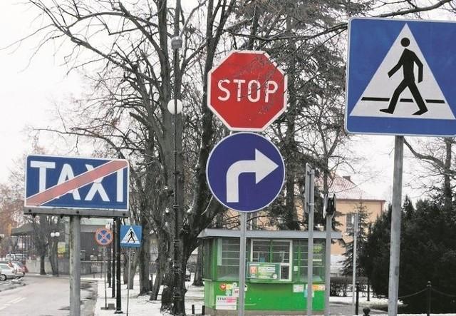 """Nowy znak """"nakaz jazdy w prawo"""" utrudnia życie taksówkarzom."""