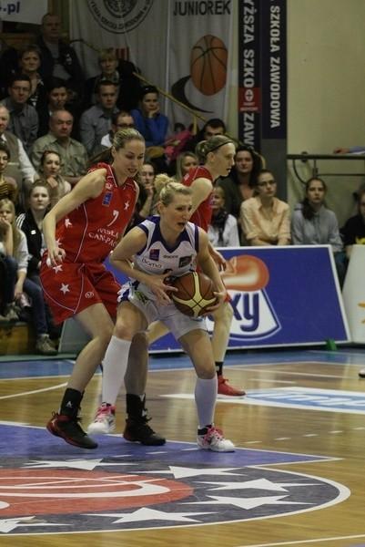 Dla Aleksandry Drzewińskiej (z piłką) i jej koleżanek z KSSSE AZS PWSZ Gorzów sobotni mecz z Wisłą Can-Pack Kraków był ostatnim pod egidą PLKK. Od nowego sezonu ekstraklasa kobiet będzie zarządzana przez PZKosz.