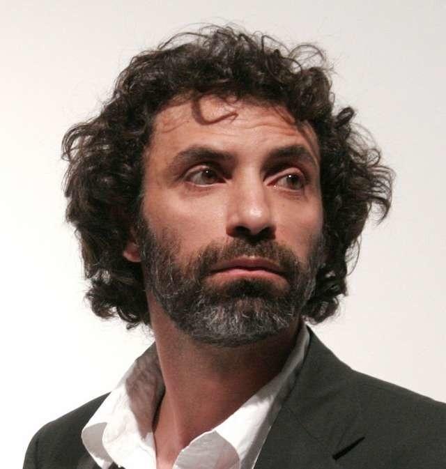 """Rabih Mroué pracuje nad najnowszą premierą TPB """"Tu Wersalu nie będzie!"""". Na Festiwalu Prapremier 2015  pokazany był głośny spektakl tego artysty - """"Riding on a Cloud"""""""