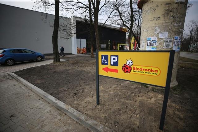 Czy Biedronka jest kolejną siecią handlową, która wprowadzając w sklepach usługi pocztowe chce ominąć zakaz handlu w niedziele?