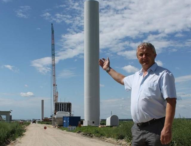 - Wiatraki stają blisko powiatowej drogi, ale dość daleko od naszych domów - mówi wójt Wilkowa Bogdan Zdyb.