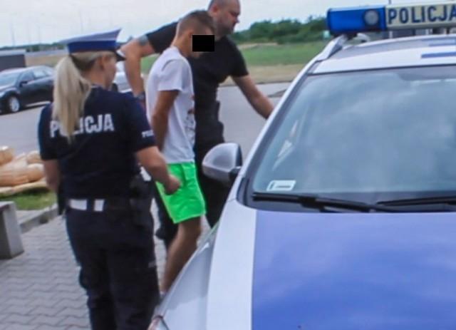 Po zatrzymaniu dwóch mężczyzn przewożących narkotyki, kryminalni z Międzyrzecza ustalili i zatrzymali dilera. Trzy osoby aresztowane, zabezpieczone 1,5 kg narkotyków wartych ok. 75 tysięcy złotych.Policjanci z wydziału kryminalnego nad sprawą narkotykową pracowali od kilku tygodni. Przez ten czas zbierali materiał dowodowy, ustalali fakty oraz dokładny sposób działania przestępców. – Wiedząc jakim pojazdem poruszają się podejrzani oraz kiedy mogą dokonywać zakupów narkotyków, postanowili zatrzymać ich samochód i sprawdzić zebrane informacje – mówi asp. Justyna Łętowska, rzeczniczka międzyrzeckiej policji.Podczas zatrzymania, jeden z podejrzanych chcąc uniknąć kontroli drogowej usiłował potrącić policjanta i próbował uciekać. – Po krótkim pościgu został zatrzymany wspólnie ze swoim pasażerem – mówi asp. Łętowska.Cała akcja i uderzenie w nielegalny proceder była bardzo dobrze przygotowana. Jej efektem było zatrzymanie przez policjantów dwóch mężczyzn oraz zabezpieczenie 1,5 kg marihuany. 21-latek usłyszał zarzut posiadania znacznej ilości narkotyków, za co grozi mu kara do 10 lat więzienia. Natomiast 23-letni mężczyzna, który kierował pojazdem odpowie za to, że nie zatrzymał się do kontroli drogowej i usiłował przejechać zatrzymującego go funkcjonariusza. Grozi do 10 lat pobyty w więzieniu.Na wniosek międzyrzeckiej prokuratury rejonowej, sąd aresztował obu mężczyzn na okres sześciu tygodni. Policjanci cały czas pracowali nad sprawą. Starali się ustalić źródło pochodzenia zabezpieczonych narkotyków. Tym razem zatrzymali 35-letniego dilera. – Akcja zatrzymania mężczyzny przebiegła bardzo szybko. Przestępca był zaskoczony i nie zdążył w żaden sposób zareagować – mówi asp. Łętowska.Diler usłyszał zarzut sprzedaży narkotyków , za co grozi mu kara do 10 więzienia. Sąd areszto9łą 35-latka tymczasowo na trzy miesiące.Dzięki policyjnej akcji na rynek nie trafiło aż 7,5 tys. porcji narkotyków o wartości ok. 75 tys. zł. Sprawa jest rozwojowa, a policja nie wykluczają dalszych za