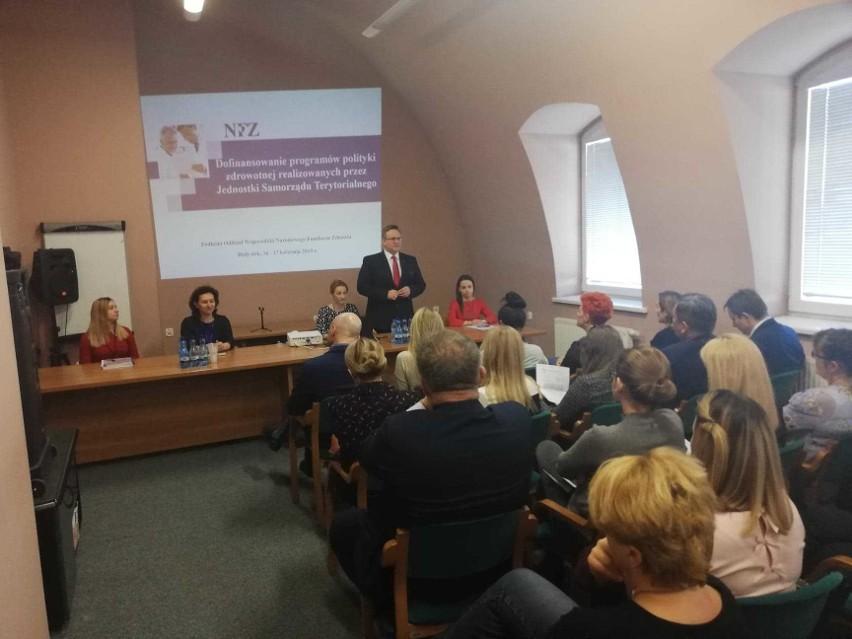 - Miałem poważne wątpliwości, czy warto starać się o te pieniądze. 100 tys. zł na 114 samorządów? To symboliczna kwota - mówi Jarosław Siekierko, burmistrz Wysokiego Mazowieckiego.
