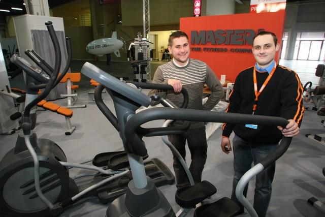 Łukasz Jęcek i Paweł Mrozek ze skarżyskiej firmy Master-Sport prezentowali podczas targów nowoczesne urządzenie aerobowe.
