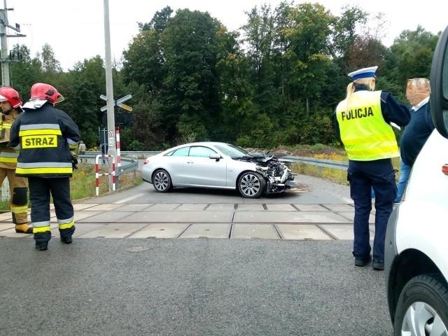 Wypadek w Zembrzycach. Czasowo wstrzymano ruch kolejowy na tym odcinku, pojazd trzeba było odholować z torowiska.
