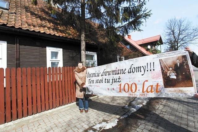 Ewa Drozdowska zapowiada, że baner powiesi wkrótce na swoim domu. Liczy, że władze miasta wezmą sobie do serca ochronę Bojar. W zeszłym roku ktoś na domu przy ul. Staszica 22 namalował sprayem portret Tadeusza Truskolaskiego z dopiskiem: Bojary? Ale po co?