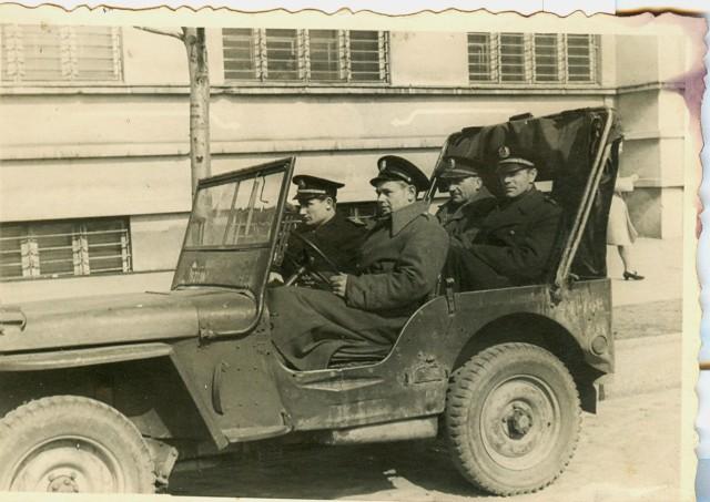 """Samozwańczy prezydent miasta, sowieccy żołnierze najeżdżający czołgami komisariat milicyjny, gdzie przechowywano odebrany im kradziony rower, wspólne napady polskich i radzieckich żołnierzy na pociągi, przejęcie przez ubeków restauracji od legalnego właściciela – to tylko część opowieści o powojennej Gdyni zawartej w książce """"Zebrała się w Gdyni klika"""" autorstwa Małgorzaty Sokołowskiej i Roberta Chrzanowskiego. Na zdj. gazik na 10 Lutego"""