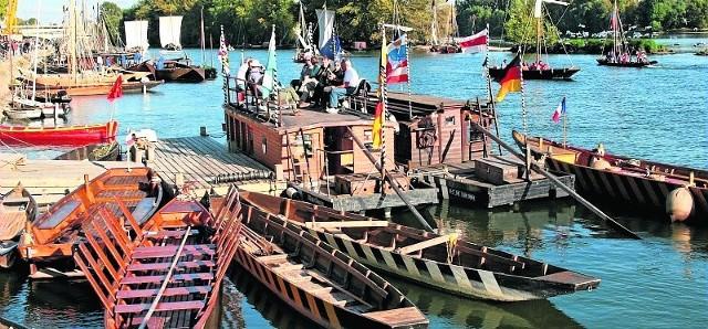 Tradycyjne łodzie i statki rzeczne uczestniczące w Festiwalu Loary w Orleans