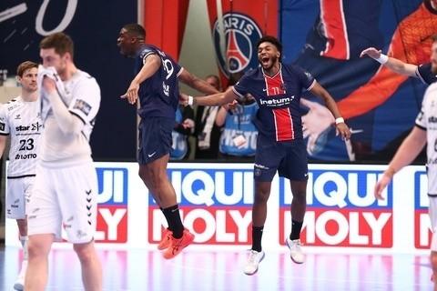 Gol Dylana Nahiego (z prawej w granatowym stroju) został przez Europejską Federację Piłki Ręcznej uznany za najładniejsze trafienie rewanżowych meczów 1/4 Ligi Mistrzów.