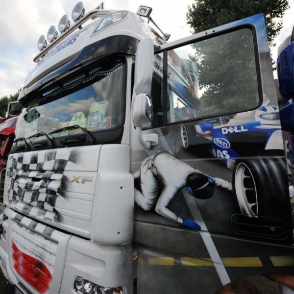 Ciężarówki, które przyjechały do Opola mogą zachwycać niezwykłym lakierowaniem. Na tym modelu daf-a pojawiła się grafika związana z formułą 1 - bolid teamu BMW-Sauber