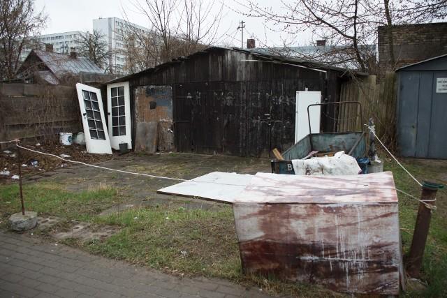 Białystok, ulica Żelazna. Stara lodówka, drzwi, złom, plastikowe worki na posesji.