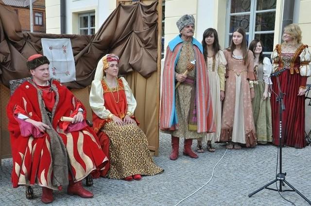 Orszak królewski zatrzymał się na placu przed bielskim ratuszem.