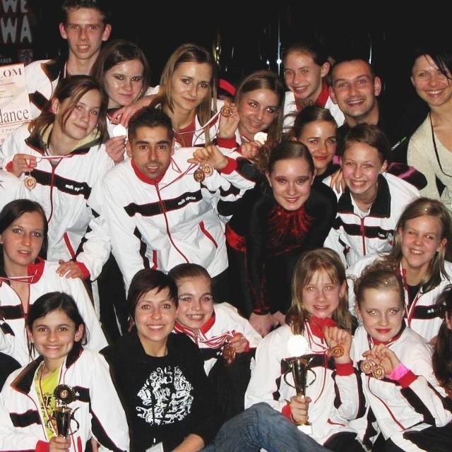 Na zdjęciu część opolskiego zespołu podczas Mistrzostw Polski Jazz Dance 2008, na których zdobył pierwsze miejsce.