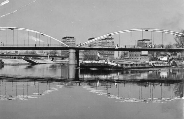 Pchacz z barkami przepływa pod Mostem Piastowskim w Opolu.