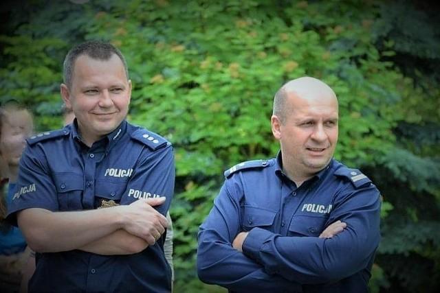 Odwołani komendanci Jacek Adamczyk i Artur Krajewski jeszcze podczas służby; tutaj w Barcinie.