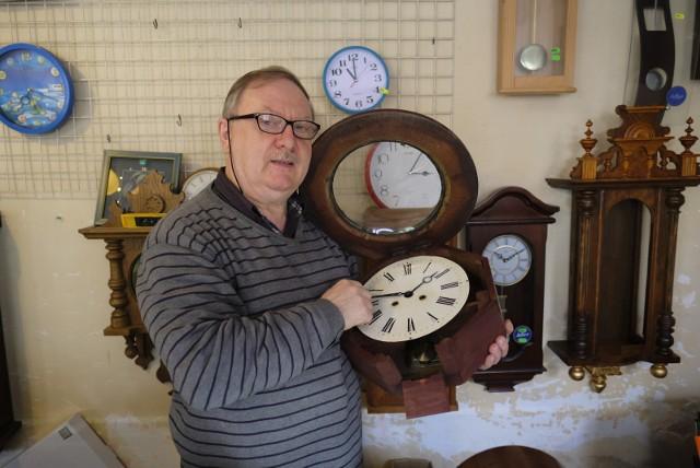 Czas przestawia zegarmistrz Bogdan Szczepaniak z Torunia