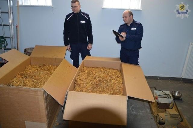 38-latek miał w garażu 330 kilogramów nielegalnego suszu tytoniowego.