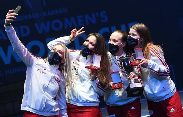 Reprezentantki klubu Zuzanna Cieślar oraz Angelika Wątor walczyły w reprezentacji Polski w kategorii seniorskiej w Pucharze Świata w Budapeszcie. Odniosły ogromne zwycięstwo. Zobacz kolejne zdjęcia. Przesuń zdjęcia w prawo - wciśnij strzałkę lub przycisk NASTĘPNE