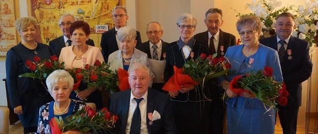 Jubilatów z gminy Kcynia zaproszono do ratusza. Po wręczeniu medali, życzeniach i gratulacjach przyszła pora na zdjęcie.