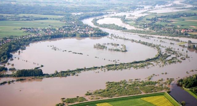 Wezbrane rzeki Wisła i Dunajec poczyniły ogromne zniszczenia. Tereny wokół Opatowca to teraz wielkie rozlewisko.