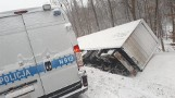Ciężarówka w rowie przy drodze wojewódzkiej 209 (17.02.2021 r.). Trasa między Bytowem a Borzytuchomiem jest zablokowana