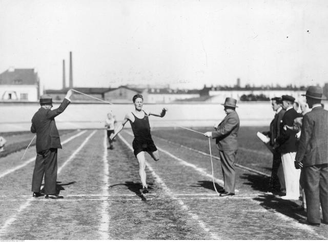 Julian Strzałkowski (WKS 42 pp Białystok i Jagiellonia Białystok) był pierwszym w historii rekordzista Okręgu Podlaskiego w chodzie na 50 km, ale jednocześnie wielokrotnym rekordzistą naszego okręgu w biegach na 1,5 km, na 5 km, na 3 km z przeszkodami. Był on też wielokrotnym medalistą MP na różnych dystansach. Zdjęcie przedstawia jego zwycięski finisz w biegu o Mistrzostwo Polski na 3 km z przeszkodami w 1933 roku w Warszawie.