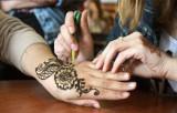 Pomorze: Inspektor Sanitarny przestrzega przed tatuażami z henny. Mogą zawierać PPD