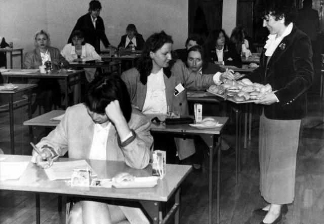 W czasie pisania starej matury można było jeść kanapki i popijać napoje, a na stole mieć ulubione maskotki