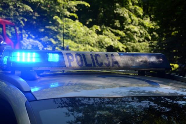 Policjanci z Sępólna zatrzymali wszystkie trzy osoby podróżujące audi. Kierowca prowadził pod wpływem narkotyków, a pasażerowie posiadali amfetaminę i tabletki ekstazy
