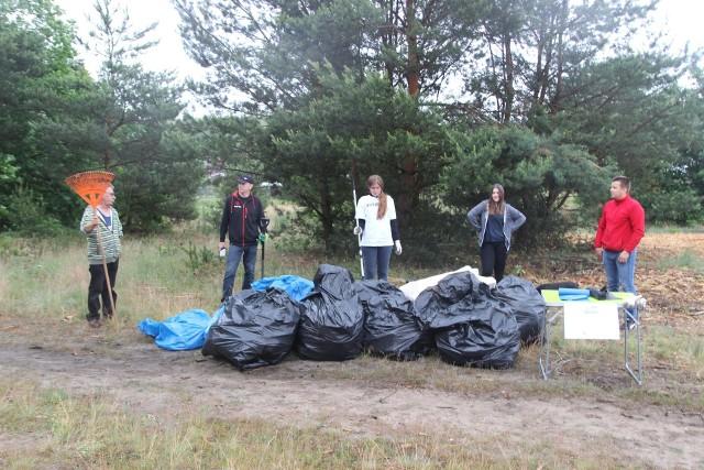 Łącznie w akcji sprzątania lasku w Rzepinie wzięło udział 8 osób, w tym tylko 2 mieszkańców