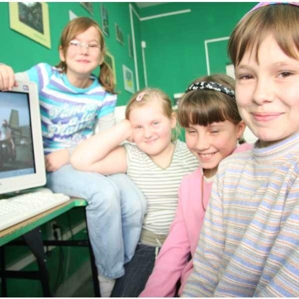 Agata, Dominika, Sandra i Emilia chętnie zostaną na zajęciach komputerowych oraz sportowych.