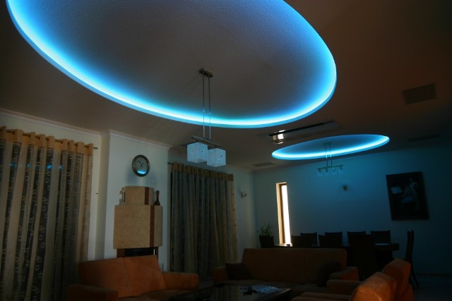 oświetlenie LED na suficieWykorzystanie elemetów LED w oświetleniu
