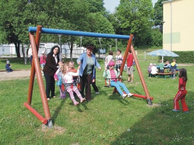 Dzieci z Przedszkola Miejskiego nr 20 cieszą się z zabaw na swoim placu zabaw.