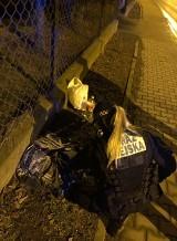 Kraków. Mężczyzna klęczał i tulił psa. Wcześniej ktoś wyrzucił go z jadącego auta