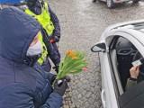 Dzień Kobiet z białostocką policją i WORD-em. Panie zamiast mandatów, dostawały kwiaty. A co z panami w Dzień Mężczyzny? (zdjęcia)