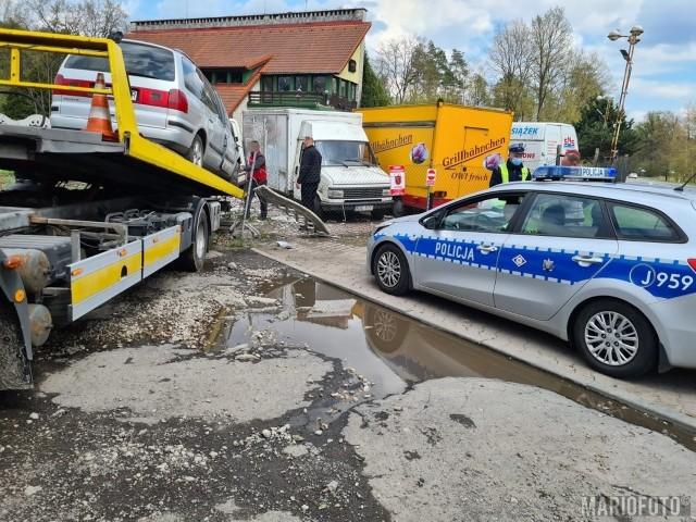 Wypadek w Opolu. Volkswagen wjechał w ogrodzenie zajazdu Niedźwiednik