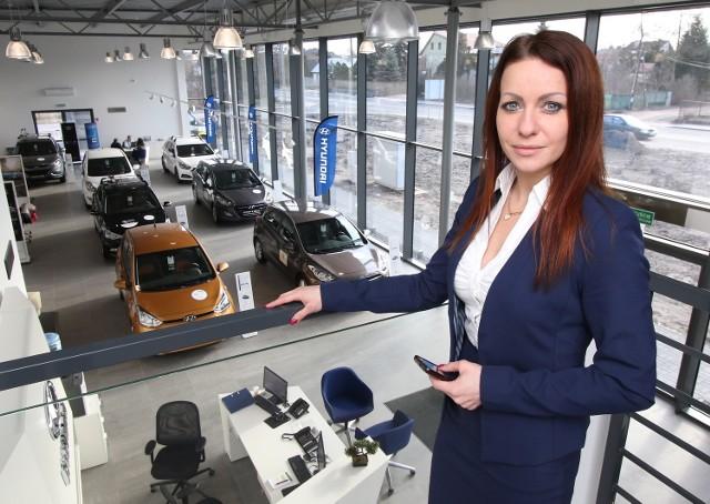 Klaudia Zioło, kierownik do spraw sprzedaży Folwarku Samochodowego, prezentuje otwarty właśnie salon marki Hyundai.