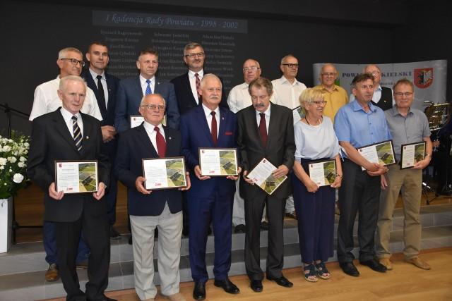 Uhonorowano radnych powiatu wszystkich kadencji. Na zdjęciu Pieeqsza Rada Powiatu Nakielskiego (1998-2002)