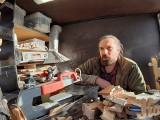 W wyniku wypadku stracił lewą nogę. Zbiera na protezę rzeźbiąc w drewnie. Jak pomóc?