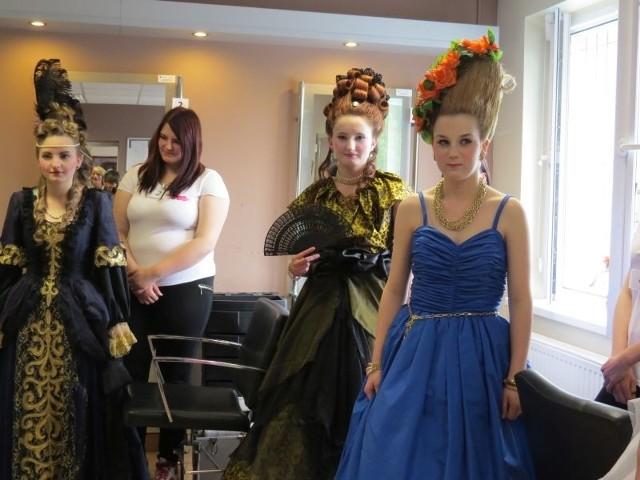 Konkurs fryzjerski - BrodnicaW czwartej edycji konkursu fryzjerskiego uczestniczki zmagały się z bajkowymi fryzurami rokoko i baroku.
