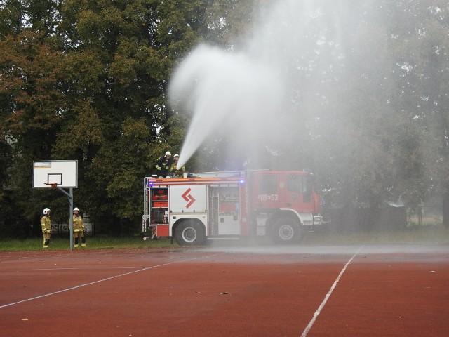 Strażacy ze Stromca zorganizowali pokaz dla uczniów szkoły podstawowej w Bobrku.