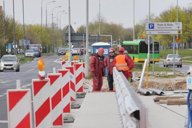 Przy ul. Szymanowskiego budowana jest droga rowerowa i chodnik.