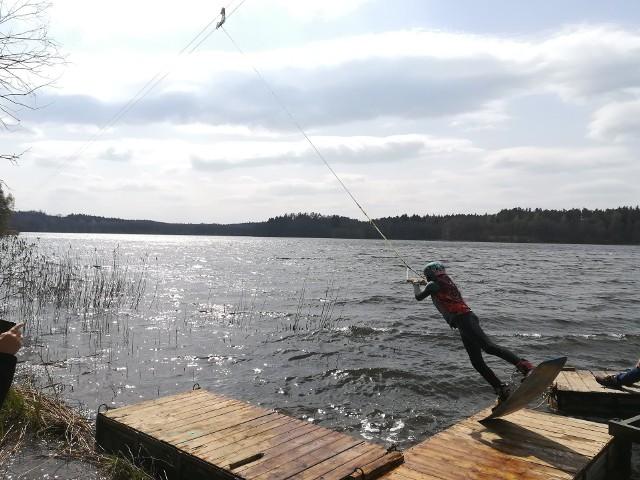 """W ośrodku """"Sobótka"""" nad jeziorem Obłęże w gminie Kępice zainstalowano wyciąg dla narciarzy wodnych. To jeden z elementów centrum sportów wodnych, który powstaje nad jeziorem Obłęże. Kilka dni temu przetestowano działanie wyciągu. Urządzenie działa bez zarzutu."""