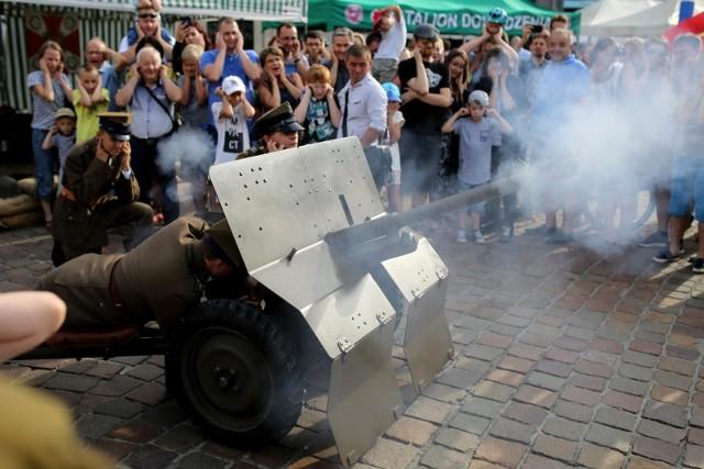 Piknik na placu Szczepańskim. Pokazy sprzętu wojskowego i zabawy strzeleckie