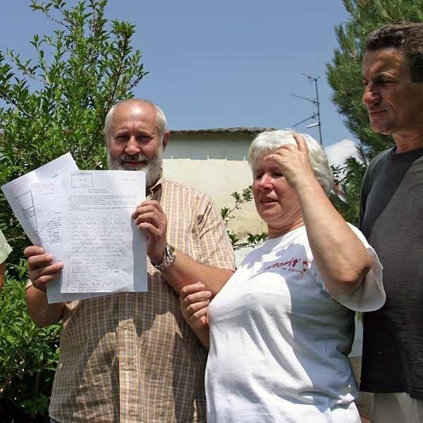 - Odór z chlewni wykręca nosy nie tylko nam  - opowiadają protestujący. Od lewej: Tadeusz Brud, Grażyna Rzym i Jerzy Guzek.