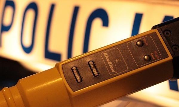Policjanci mając podejrzenie, że nieprawidłowa ocena sytuacji przez kobietę, może wiązać się ze spożytym wcześniej alkoholem, poddali kierującą badaniu stanu trzeźwości. Urządzenie wykazało w jej organizmie 1,1 promila.